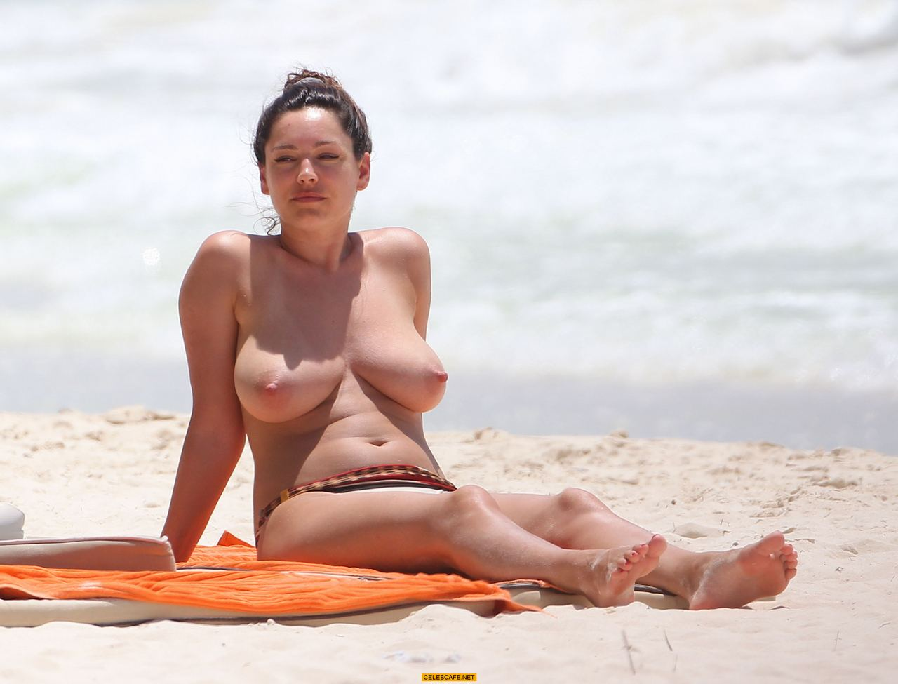 kelly brook caught topless on the beach in cancun