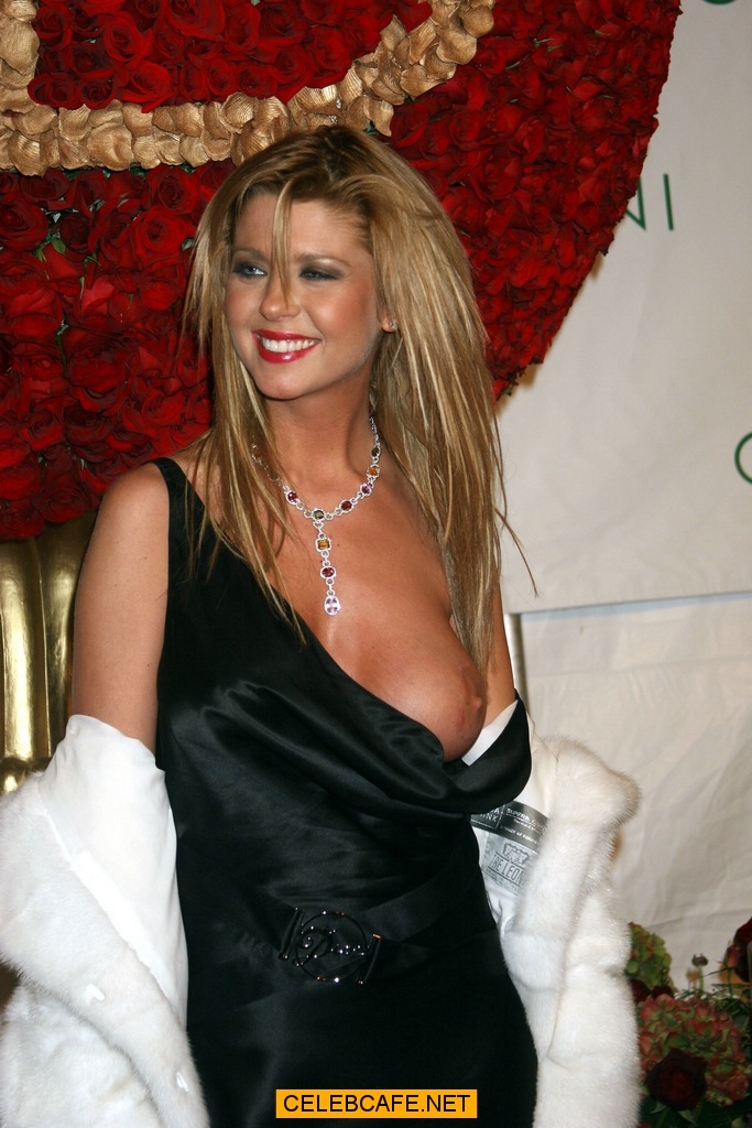 Tara Reid Boob Out 117