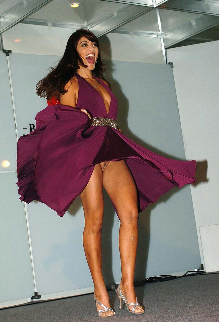 Juliana Paes upskirt without pants, shows her nude pussy