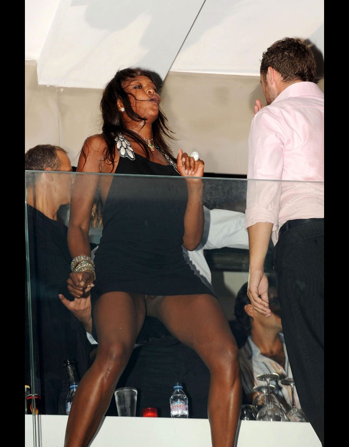 Naomi Campbell upskirt, shows her pussy lips in St Tropez