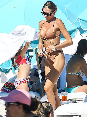 Anastasia Skyline pokies in bikini on Miami beach
