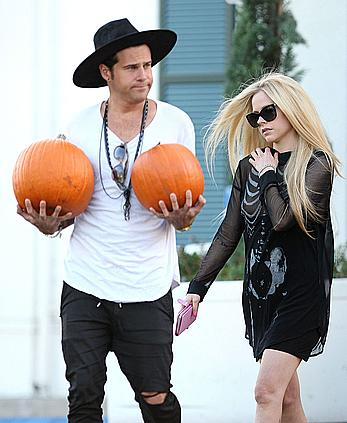 Singer Avril Lavigne titslip while pumpkin shopping in Beverly Hills