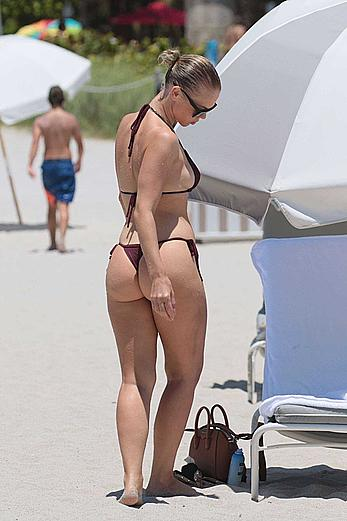 Bianca Elouise round sexy ass at the beach