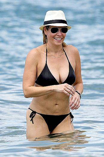 Chelsea Handler shows deep cleavage in black bikini at a beach in Hawaii