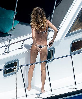 Gisele Bundchen ass crack in bikini on a yacht in Brazil