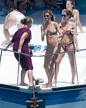 Gisele Bundchen ass crack in bikini on a yacht in Brazil
