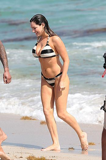 Busty Kelly Brook shows deep cleavage on the beach