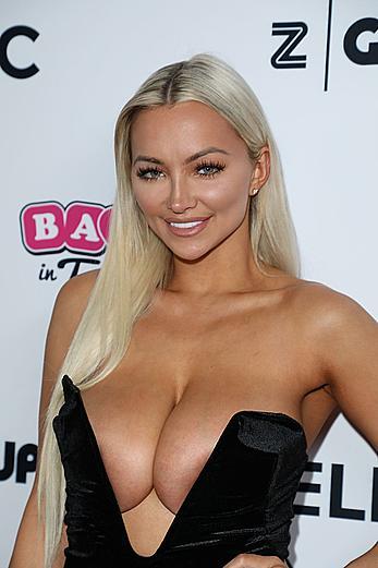 Huge boobs blonde Lindsey Pelas downblous