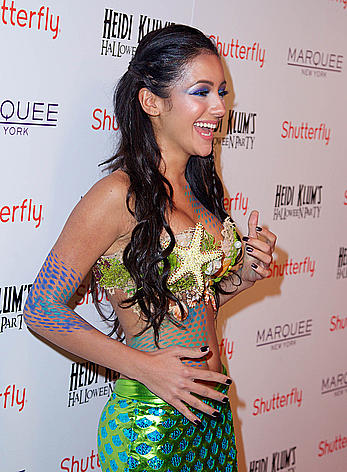 Melanie Iglesias sexy cleavage at Heidi Klum s Halloween Party