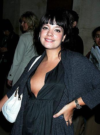 Pregnant Lily Allen titslip in Paris