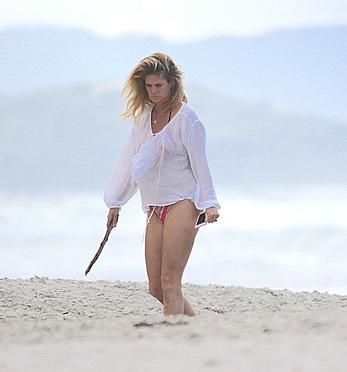 Milf celebrity Rachel Hunter in bikini in New Zealand