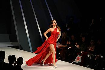 Rose McGowan upskirt at Heart Thruth Red Dress Fashion Show