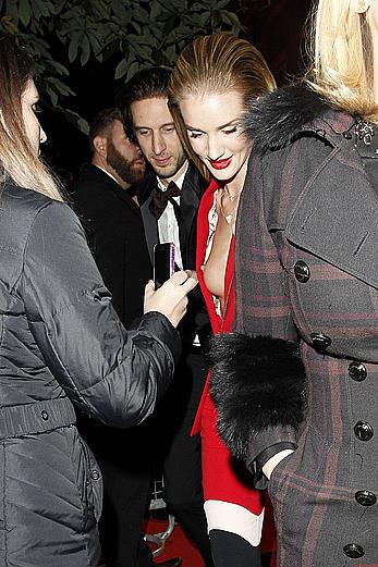 Rosie Huntington-Whiteley titslip paparazzi shost