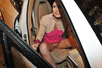 Sara Tommasi upskirt, flashing her shaved pussy in a car