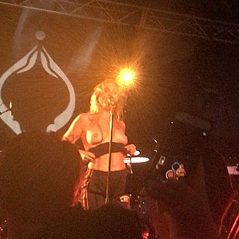 Tove Lo flashes her tits on stage in Sydney