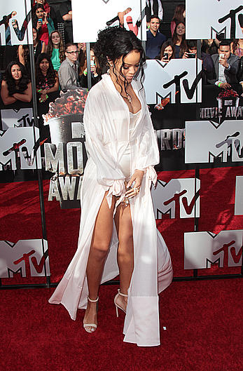 Rihanna exposed her very sexy legs at 2014 MTV Movie Awards, Los Angeles