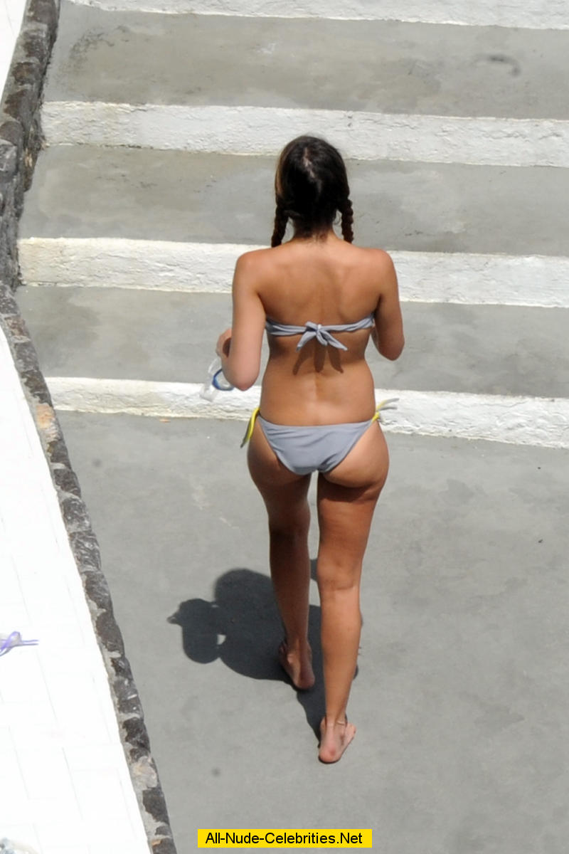 Jessica Alba swimming in the pool in gray bikini: www.celebcafe.net/j/jessica_alba_70/topcelebs.html