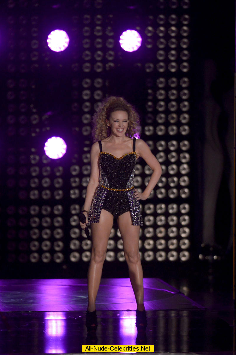 Kylie Minogue Exposed Her Legs On The Stage